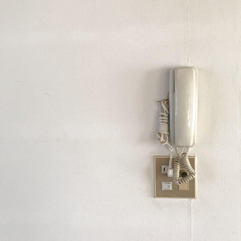 壁紙に穴が開いてしまった時の修理方法 自分でできる 簡単DIY