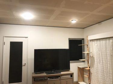 壁紙張替え:壁紙貼ると部屋が明るくなります バンガロー暮らしからの脱却 DIY #7