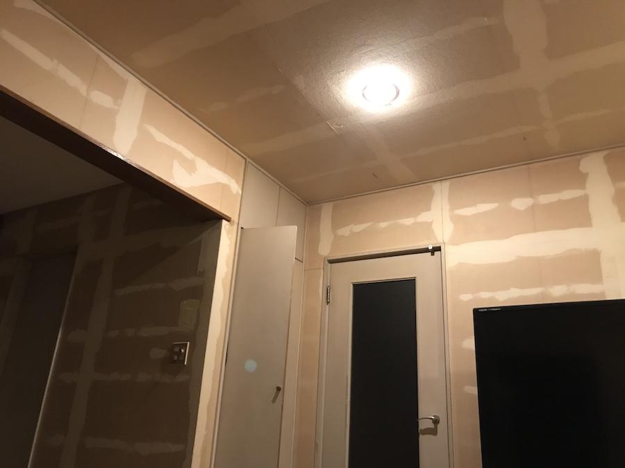 壁紙を全部剥がしたら 夜は暗い 壁紙張り替え DIY セルフリフォーム ビフォーアフター